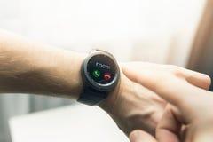 Man som använder den smarta klockan för att motta en appell Arkivfoton