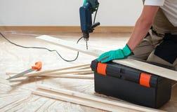 Man som använder en drillborr under renovering fotografering för bildbyråer