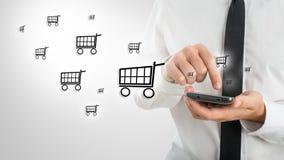 Man som använder en mobil för att shoppa direktanslutet Royaltyfri Foto