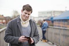 Man som använder en smartphone i staden royaltyfria bilder