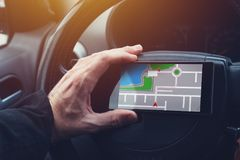 Man som använder GPS navigering på mobiltelefonen fotografering för bildbyråer