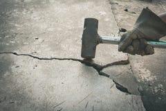 Man som använder hammare för avbrott av den brutna betongen ström royaltyfri fotografi