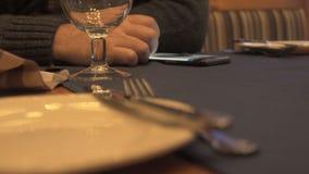 Man som använder hans smartphone i restourant arkivfilmer