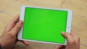 Man som använder horisontalminnestavlan med den gröna skärmen Närbildskott av händer för man` s med minnestavlan Två i en: 1 clos stock video