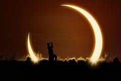 Man som använder kikare för att hålla ögonen på sol- förmörkelse Fotografering för Bildbyråer
