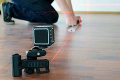Man som använder kors-linjen laser Arkivbilder