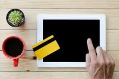 Man som använder kreditkorten Arkivbild
