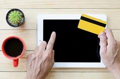 Man som använder kreditkorten Royaltyfri Bild