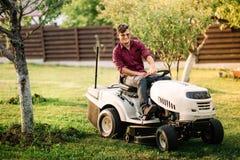 man som använder lawmower för att landskap arbeten Motoriserat åkerbrukt begrepp Royaltyfria Foton