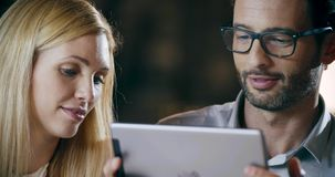 Man som använder minnestavlateknologi För lagarbete för företags affär möte för kontor Tre affärsman- och affärskvinnafolkgrupp stock video
