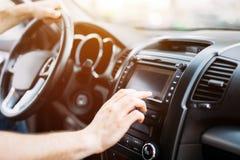 Man som använder navigeringsystemet, medan köra bilen fotografering för bildbyråer