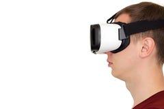 Man som använder sikten för virtuell verklighetexponeringsglasprofil som isoleras Arkivfoto