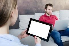 Man som använder tableten Tom skärm för ditt innehåll Arkivfoto
