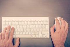 Man som använder tangentbordet och musen Royaltyfria Bilder