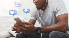 Man som använder telefonen med levande socialt massmedia för TV-sändning royaltyfria bilder