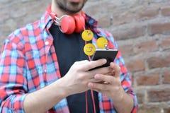 Man som använder telefonen som överför emojis Royaltyfri Foto