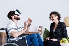 Man som använder virtuell verklighetapparaten royaltyfri fotografi