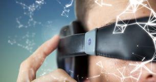Man som använder virtuell verklighetexponeringsglas arkivfoto