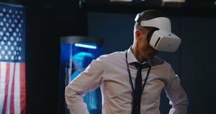 Man som anv?nder VR-h?rlurar med mikrofon