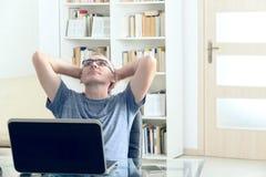 Man som arbetar ett hans hem Arkivfoto