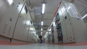 Man som arbetar i elektriskt avdelningskontorrum stock video