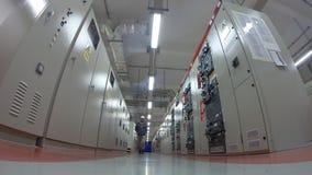 Man som arbetar i elektriskt avdelningskontorrum arkivfilmer