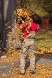 Man som arbetar i en trädgård Royaltyfri Foto