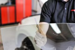 Man som arbetar i ett garage arkivfoto