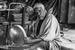 Man som arbetar i Fès Marocko Arkivfoto