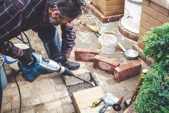 Man som arbetar i gårdpuncher Arkivfoto