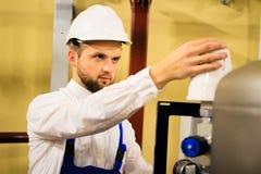 Man som arbetar i industriell fabrik royaltyfria bilder