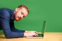 Man som arbetar i plankaposition royaltyfri bild