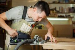 Man som arbetar med att snida utrustning på seminariet Chinseling spår Arkivbild
