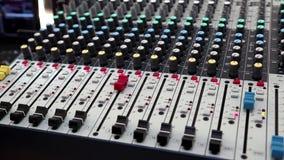 Man som arbetar med konsolen för ljudsignal produktion arkivfilmer