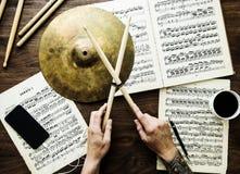 Man som arbetar med musikaliska anmärkningar Royaltyfri Fotografi