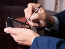 Man som arbetar med PDA Royaltyfri Fotografi