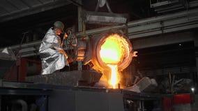 Man som arbetar med vätskemetall i fabrik Metallfabrik arkivfilmer