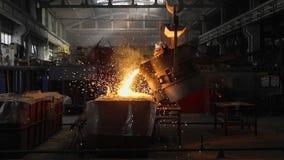 Man som arbetar med vätskemetall i fabrik Metallfabrik lager videofilmer