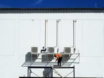 Man som arbetar på arbetet på höjd arkivbilder
