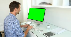 Man som arbetar på datoren 4k stock video