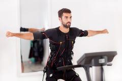 Man som arbetar på den electro muskulösa stimulansmaskinen royaltyfria bilder