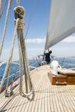 Man som arbetar på för av yachten royaltyfria bilder