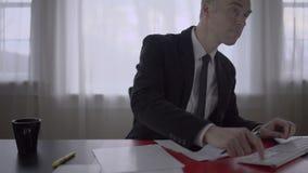 Man som arbetar på hans skrivbord stock video