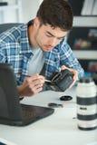 Man som arbetar på kamerakropp royaltyfri fotografi