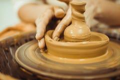 Man som arbetar på keramikers hjul Royaltyfri Bild