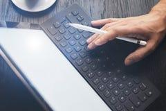 Man som arbetar på kontoret och använder den elektroniska pennapparaten Closeupsikt av manliga händer som skriver på det elektron royaltyfria foton