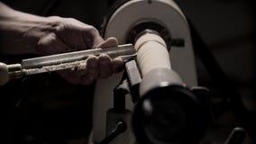 Man som arbetar på snickeridrejbänkmaskinen i snickareseminarium med kopieringsutrymme arkivfilmer