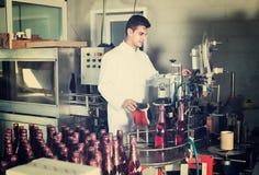 Man som arbetar på vinproduktion Arkivfoton