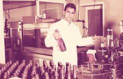 Man som arbetar på vinproduktion Royaltyfri Bild