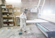 Man som arbetar på konstruktionsfabrik Royaltyfri Bild